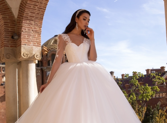 Best wedding dresses for plus-size apple-shaped women
